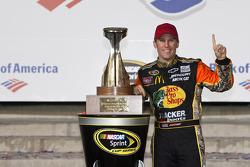 Victory lane: race winner Jamie McMurray, Earnhardt Ganassi Racing Chevrolet
