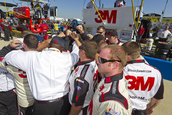 The 3M crew say a prayer before the start