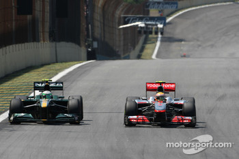 Heikki Kovalainen, Lotus F1 Team and Lewis Hamilton, McLaren Mercedes