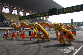 Pre-race entertainment with dragons