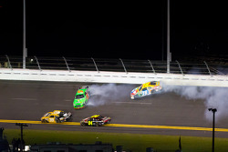Mark Martin, Hendrick Motorsports Chevrolet and Kyle Busch, Joe Gibbs Racing Toyota crash