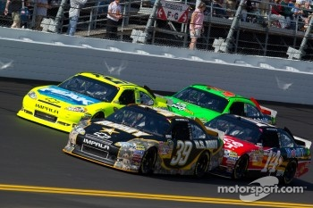 Start: Paul Menard, Richard Childress Racing Chevrolet and Ryan Newman, Stewart-Haas Racing Chevrolet lead the field