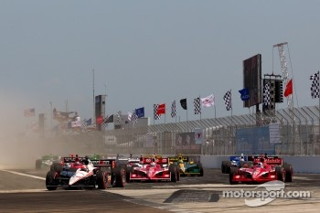 Start: Will Power, Team Penske and Dario Franchitti, Target Chip Ganassi Racing battle for the lead