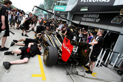 Nick Heidfeld, Lotus Renault F1 Team gets a brake failure