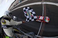 NASCAR Sprint Cup Photos - Kyle Busch, Joe Gibbs Racing Toyota passe sous le drapeau à damier