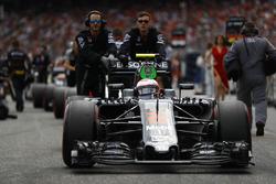 Jenson Button, McLaren MP4-31 on the grid