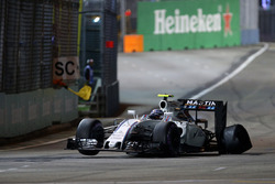 Valtteri Bottas, Williams FW38 with a puncture at the start of the race