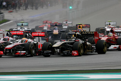Start of the race, Lewis Hamilton, McLaren Mercedes and Nick Heidfeld, Lotus Renault F1 Team