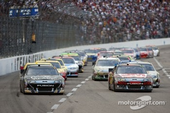 Restart: Matt Kenseth, Roush Fenway Racing Ford and Greg Biffle, Roush Fenway Racing Ford lead the field