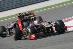 Vitaly Petrov, Lotus Renault GP leads Nick Heidfeld, Lotus Renault GP