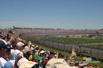 The crowd salutes the drivers during the pace laps