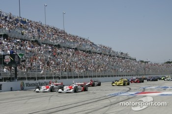Start: Sam Hornish Jr. and Helio Castroneves lead the field