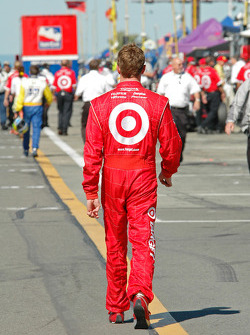 Scott Dixon takes the long walk after talking the pole