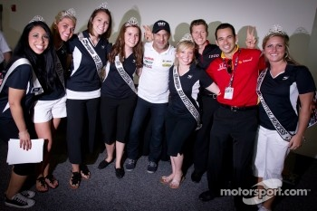 Tony Kanaan, KV Racing Technology-Lotus, Ryan Briscoe, Team Penske and Helio Castroneves, Team Penske with the Indy 500 princesses
