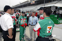 Tony Kanaan and Mario Andretti discuss with Andretti Green crew members