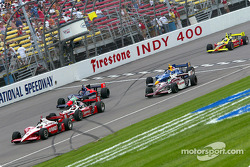 Tomas Scheckter leads the field under yellow