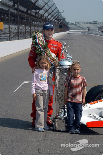 Gil de Ferran, Anna and Luke pose with Borg Warner Trophy