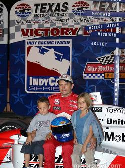 Gil de Ferran celebrates pole position with his kids