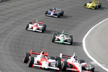 Helio Castroneves battles with Scott Dixon
