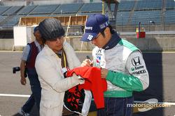 Roger Yasukawa signs autographs
