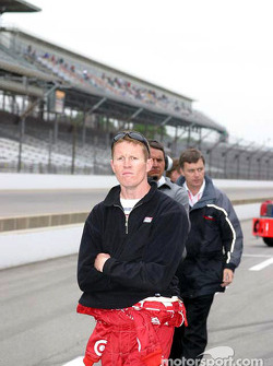 Scott Dixon watches qualifying