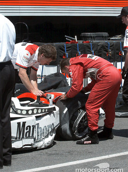 Gil de Ferran after the accident