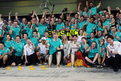 Nico Rosberg, Mercedes AMG F1 celebrates his World Championship with wife Vivian Rosberg and the team