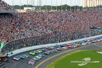 Start: Mark Martin, Hendrick Motorsports Chevrolet and Trevor Bayne, Wood Brothers Racing Ford lead the field