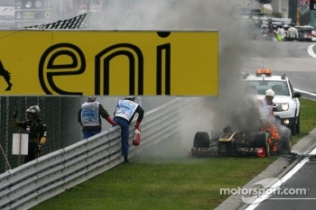 Nick Heidfeld, Lotus Renault F1 Team, car on fire