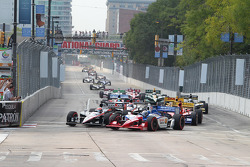 Start: Will Power, Team Penske and Graham Rahal, Service Central Chip Ganassi Racing battle for the lead