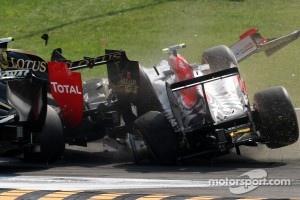 Liuzzi smashes into Petrov's Lotus Renault