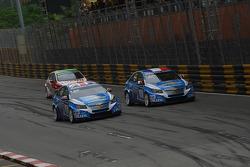 Yvan Muller, Chevrolet Cruz 1.6T, Chevrolet, Robert Huff, Chevrolet Cruze 1.6T, Chevrolet and Gabriele Tarquini, SEAT Leon 2.0 TDI, Lukoil