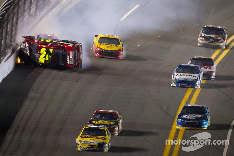 Lap 74 crash: Jeff Gordon, Hendrick Motorsports Chevrolet crashes and flips upside down