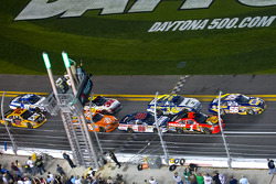 Start: Martin Truex Jr., Michael Waltrip Racing Toyota and Jamie McMurray, Earnhardt Ganassi Racing Chevrolet lead the field