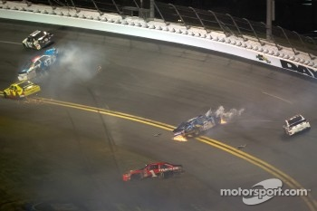 Aric Almirola, Richard Petty Motorsports Ford, Brad Keselowski, Penske Racing Dodge, Jamie McMurray, Earnhardt Ganassi Racing Chevrolet crash