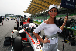 Grid girl for Tom Dillmann