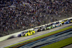 Restart: Paul Menard, Richard Childress Racing Chevrolet leads the field