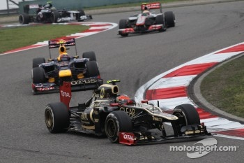 Romain Grosjean, Lotus Renault F1 Team leads Mark Webber, Red Bull Racing