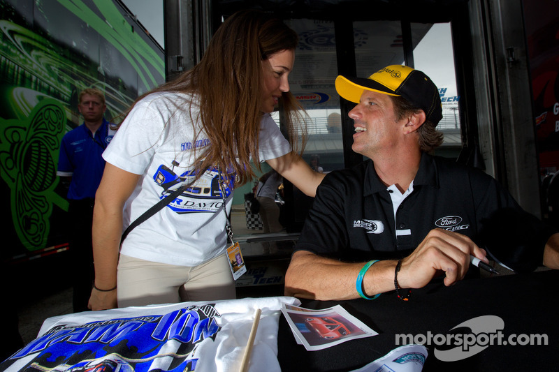 Autograph session: Oswaldo Negri shares a moment with his daughter