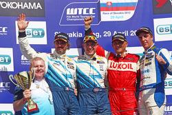 Race winner Robert Huff, Chevrolet Cruze 1.6T, Chevrolet, second place Yvan Muller, Chevrolet Cruze 1.6T, Chevrolet, third place Gabriele Tarquini, SEAT Leon WTCC, Lukoil Racing Team, Pepe Oriola, SEAT Leon WTCC, Tuenti Racing Team 1st position Yokohama T