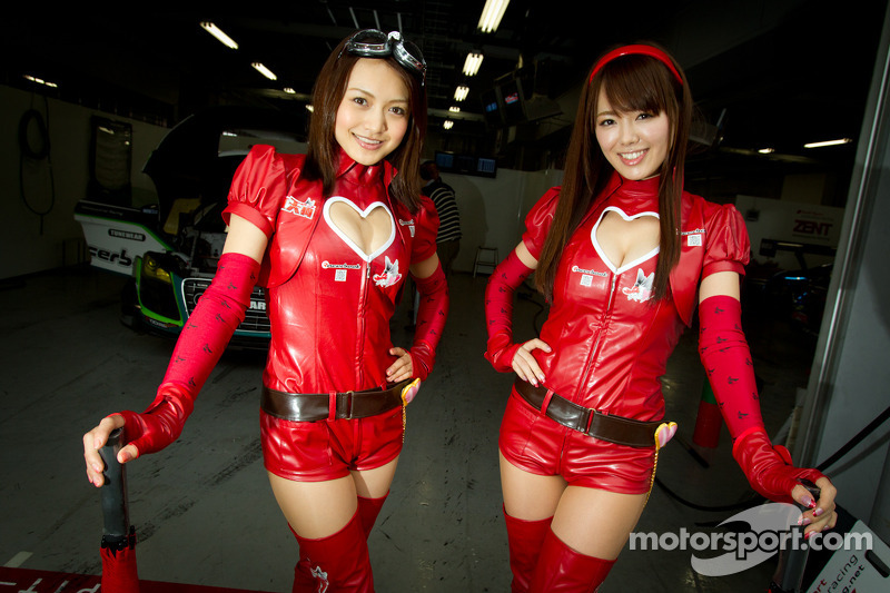 Race queens for #20 Hitotsuyama Racing Audi R8 LMS