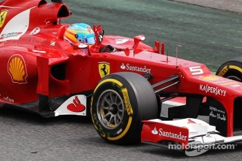 Fernando Alonso, Scuderia Ferrari waves to the crowd at the end of qualifying