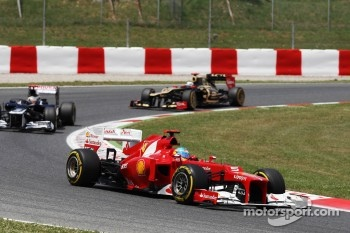 Fernando Alonso, Scuderia Ferrari leads Pastor Maldonado, Williams and Kimi Raikkonen, Lotus F1