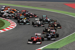 Fernando Alonso, Scuderia Ferrari leads pole sitter Pastor Maldonado, Williams at the start of the race