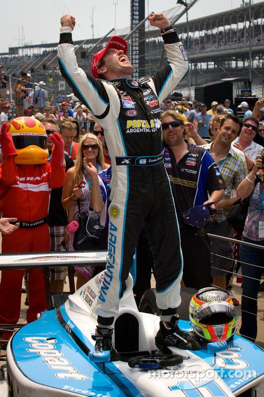 Victory lane: race winner Esteban Guerrieri, Sam Schmidt Motorsports celebrates