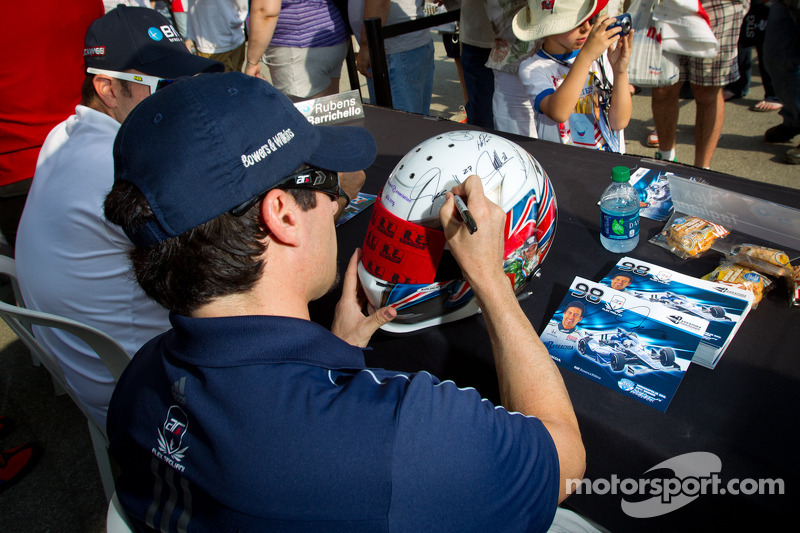 Alex Tagliani, Team Barracuda - BHA Honda signs a helmet dedicated to Dan Wheldon