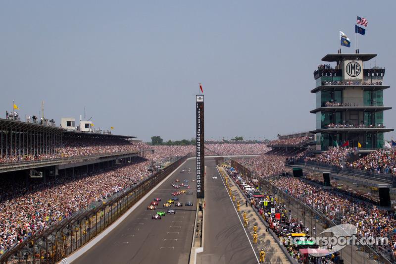 Start: Ryan Briscoe, Team Penske Chevrolet leads the field