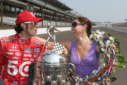 Winners photoshoot: Dario Franchitti, Target Chip Ganassi Racing Honda with Ashley Judd