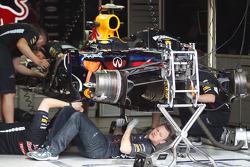 Red Bull Racing mechanics build the Red Bull Racing of Sebastian Vettel (GER)