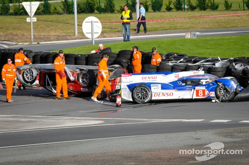 Aftermath of the crash between #81 AF Corse Ferrari 458 Italia: Piergiuseppe Perazzini, Matt Griffin, Nicola Cadei and #8 Toyota Racing Toyota TS 030 - Hybrid: Anthony Davidson, Sébastien Buemi, Stéphane Sarrazin